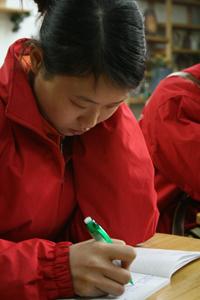 图文:爱普生爱心小学的熊毅老师认真地记笔记