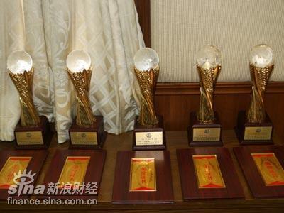 图文:首都十大功勋企业奖杯