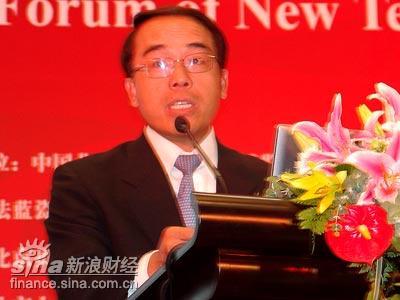 力论坛主持人、均瑶集团首席执行官黄辉.(图片来源:新浪财经)-
