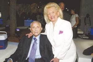美亿万富翁戴维斯去世生活极其奢侈婚姻幸福
