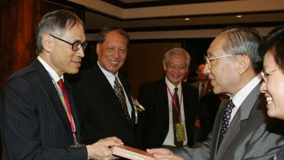 图文:李岚清会长向专家委员会委员刘遵义赠书