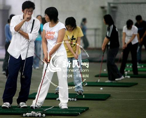 女大学生排队竞聘高尔夫球童月薪700元加小费