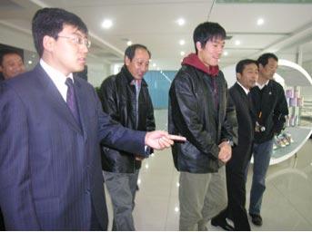 奥组委负责人及奥运冠军刘翔郭晶晶参观伊利