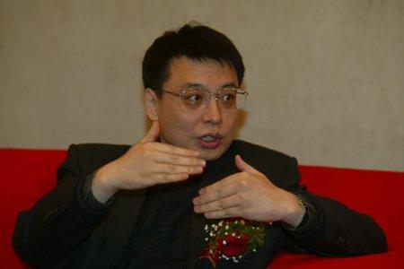 现场图片:东风公司总经理苗圩在颁奖现场