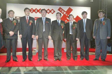 现场图片:聚人气企业家获奖者在领奖台上
