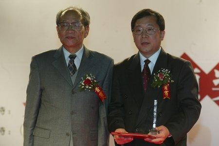 现场图片:聚人气企业家获奖者张雷和颁奖嘉宾杨甚