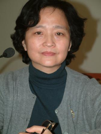 图文:中国药学会副秘书长胡茵在论坛现场主持