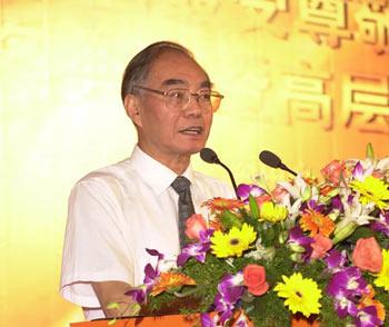 图文:著名经济学家萧灼基在颁奖典礼发言