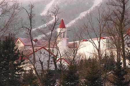 图文:亚布力的俄罗斯风情远处是滑道