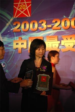 图文:联想集团有限公司中南区总监霍晓宁女士领奖