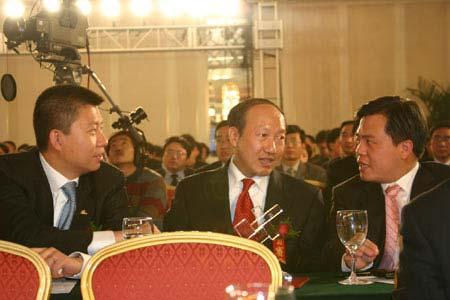 图文:汪延与陈峰及陈天桥在颁奖现场相谈甚欢
