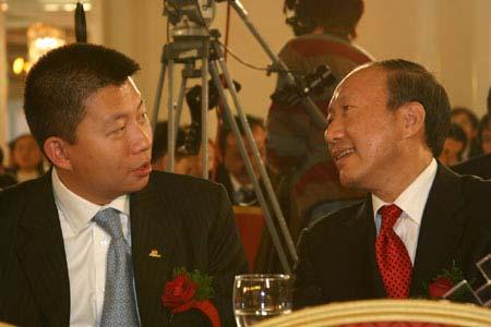 图文:汪延与陈峰在颁奖典礼现场愉快交谈