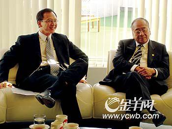 图:李文达(右)与李惠森(左)接受记者采访