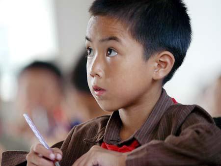图文:红粉笔计划第一期-学生在聚精会神的听课