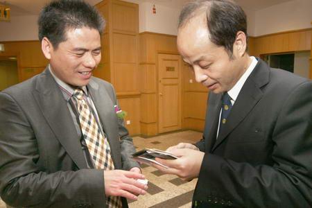 图文:江苏远东集团董事长蒋锡培(左)