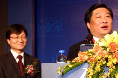 图文:中国企业家主编牛文文向谭旭光提问