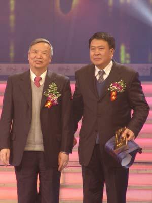 图文:传媒大奖获得者徐和谊(右一)接受颁奖
