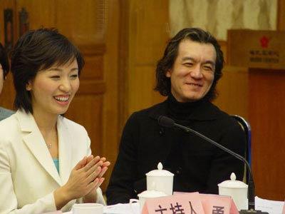 """2006年2月14日,CCTV""""3・15""""电视宣传活动组委会成立大会暨新闻发布会在北京梅地亚中心友谊厅举行。图为主持人李咏和欧阳夏丹。(图片来源:新浪财经)"""