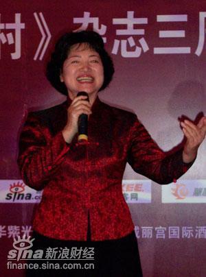 图文:著名歌唱家耿莲凤在演唱