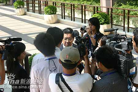 图文:龙永图遭到众多媒体围追堵截
