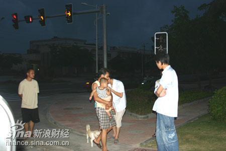 图文:博鳌小镇傍晚乘凉的农民