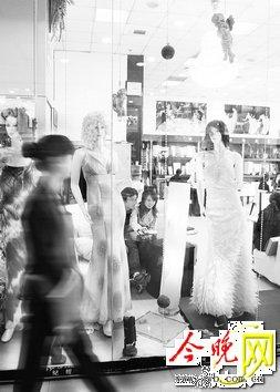 婚纱橱窗创意展示图片大全下载;