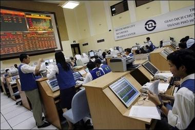 越南股市热民众争购股票专家警告经济泡沫(图)