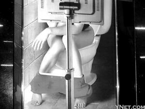 电梯门如厕美女如厕多名女子如厕遭偷拍