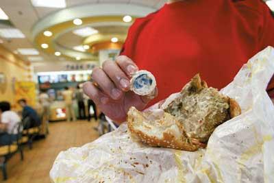 肯德基汉堡吃出瓶盖顾客称吞咽有生命危险(图)
