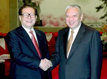 图文:江泽民主席会见香港特区行政长官董建华