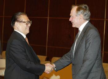 图文:江泽民会见美国前总统乔治・布什