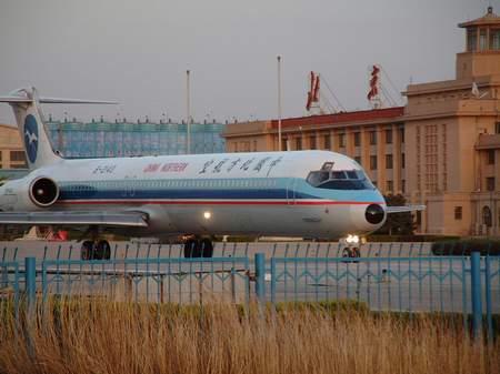 资料图片:北方航空md-82飞机停在首都机场