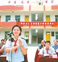 图文:王伟希望小学落成 阮国琴在落成典礼上