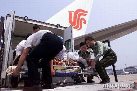 中国赴阿地震救援队圆满完成任务返京(组图)