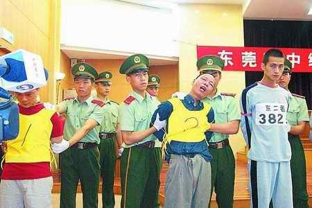 广东东莞公判大会杀人犯当庭咆哮妄图挣脱 图图片