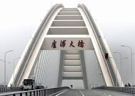 组图:上海卢浦大桥建成通车 工人正作最后检查