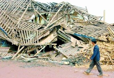 云南强震400余人伤亡图片