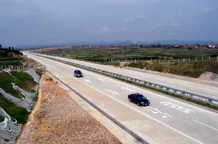 图文:南宁至梧州高速公路兴业至六景段建成通车