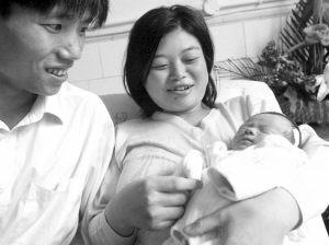 刚生完小孩的马意中满脸笑容,见到记者时露出几分羞涩.-双性人 生
