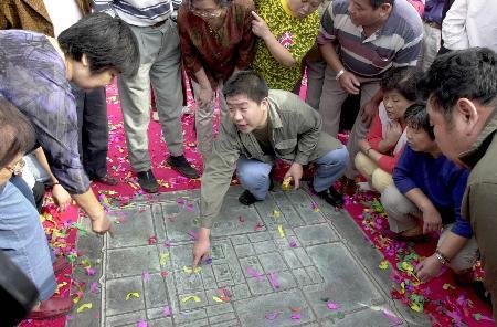 北京 金中都/市民在北京建都纪念阙前的金中都平面图上寻找自己现在的居住...