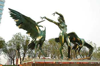 图为雕塑《鹤舞白沙》.