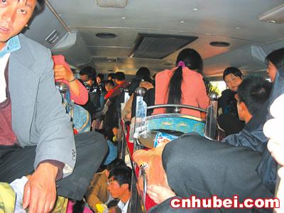 撸吊扣逼日美女_小小卧铺车挤进98人 超载60人司机被拘留(10-18 06:47