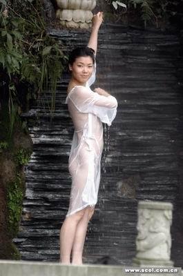四川在线消息昨(23)日上午,十几名帅哥靓女为人体艺术大胆一
