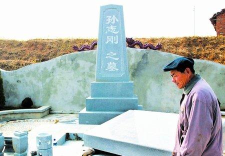 组图:孙志刚墓碑在其故乡湖北黄冈陶店乡建成