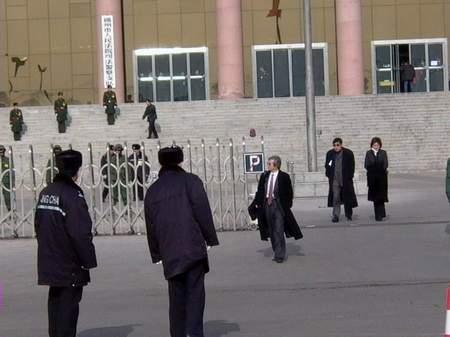 图文:中午休庭时刘涌辩护律师与家属走出法庭