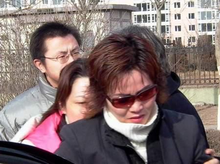 刘涌家属20多人乘坐豪华轿车到场仅两人获准入场