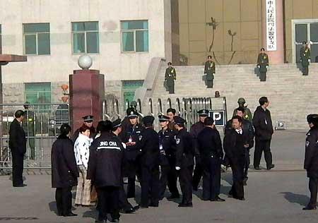组图:刘涌家属在自己的奔驰车旁记者拍摄围观者