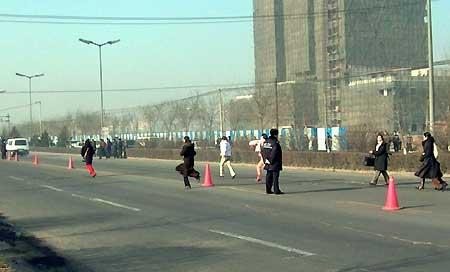 组图:法院内驶出最后一辆车刘涌家属跟随