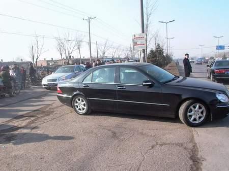 组图:刘涌家属的车队跟随刘妻所乘的车离开
