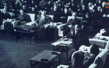 资料图:1983年胡厥文、荣毅仁在座谈会上